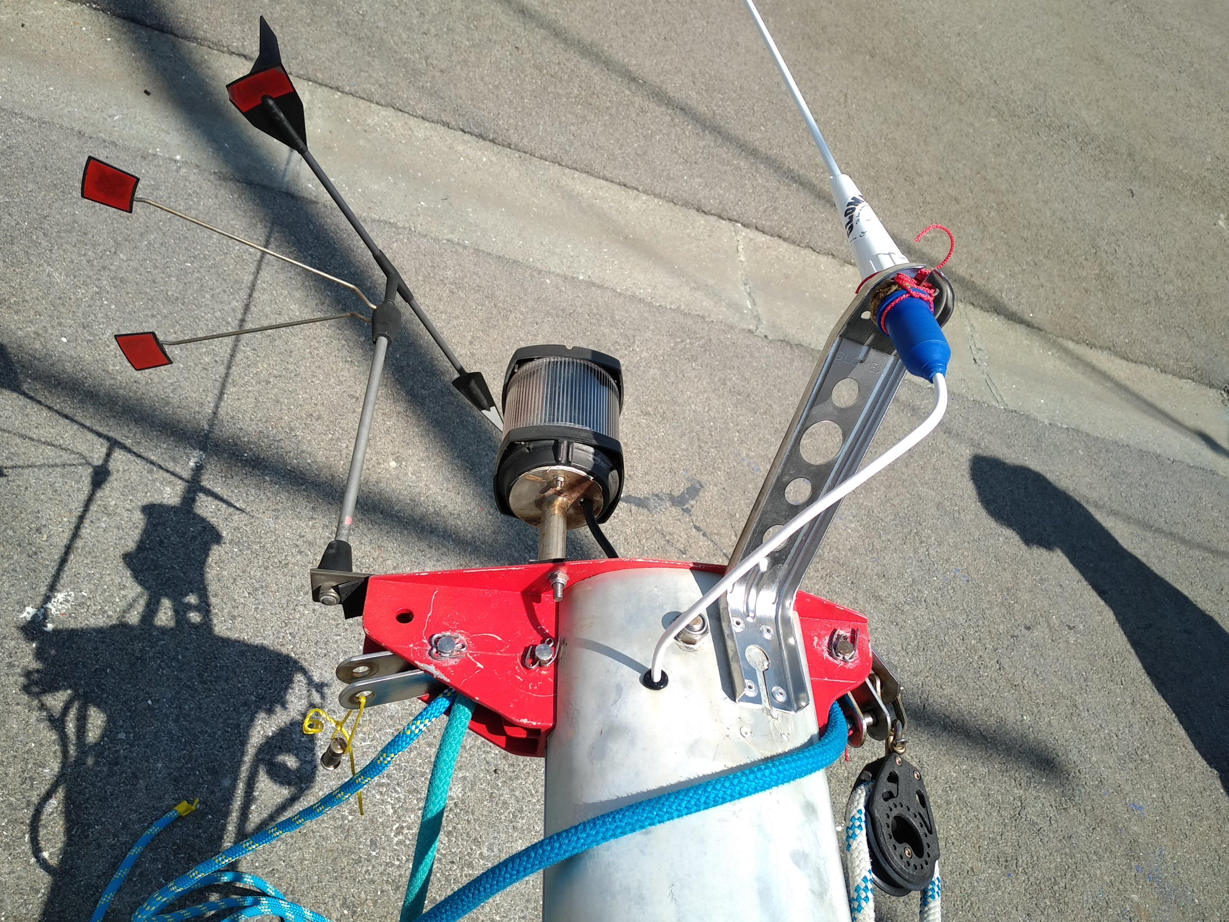 La tête de mât a retrouvé sa place, avec une nouvelle antenne VHF, et des feux de nav' en LED.