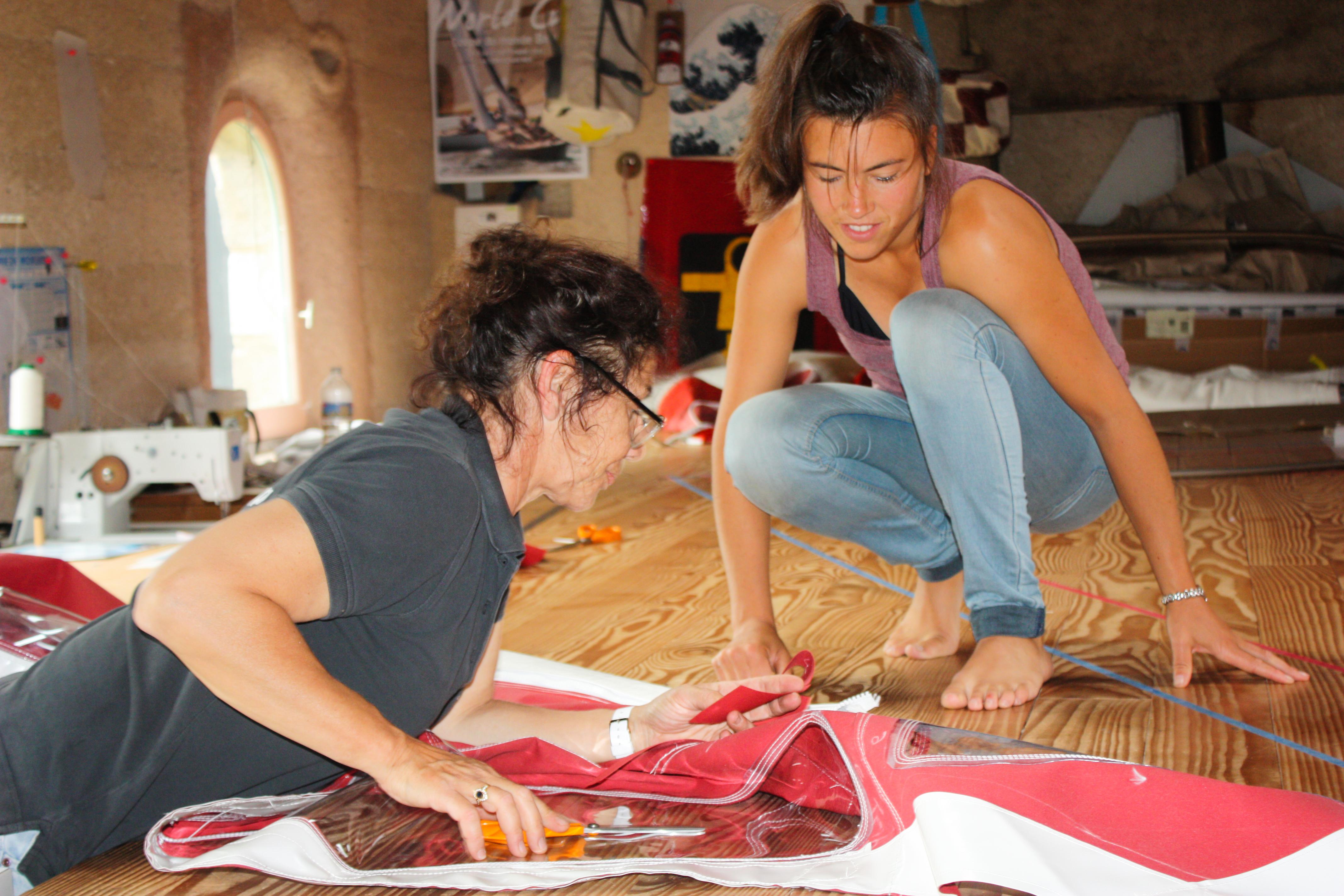 Assemblage et coutures de la capote de roof avec Laurence Jeandot, voilière à Plouezoc'h (Finistère)