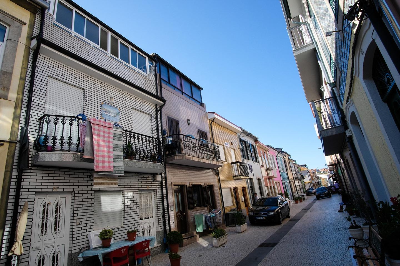 Les petites rues de Sao Martinho do Porto. Pavés noirs et blancs typiques portugais, et carreaux colorés sur les façades des maisons.