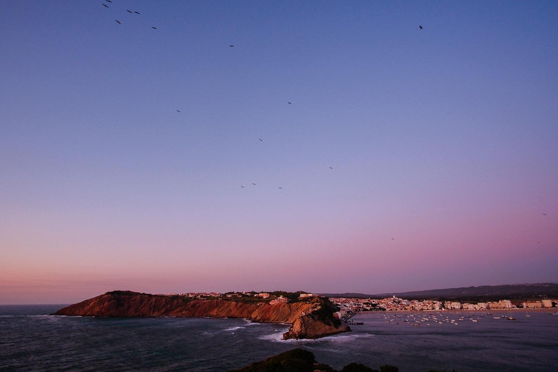 Sao Martinho do Porto. À gauche, l'entrée sauvage, à droite la petite baie et son village.   La baie de Sao Martinho est le résultat d'une percée de l'océan dans la barre rocheuse, qui petit à petit a érodé les roches sédimentaires plus molles se trouvant derrière.