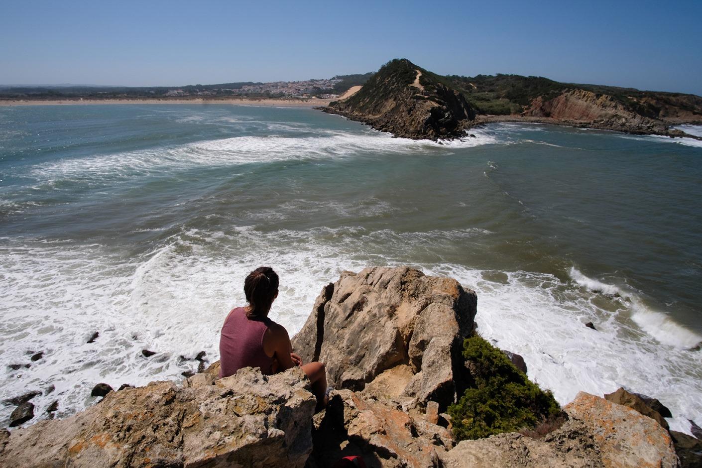 L'entrée de la baie de Sao Martinho, barrée par des déferlantes. Allez, on observe, et on y va !