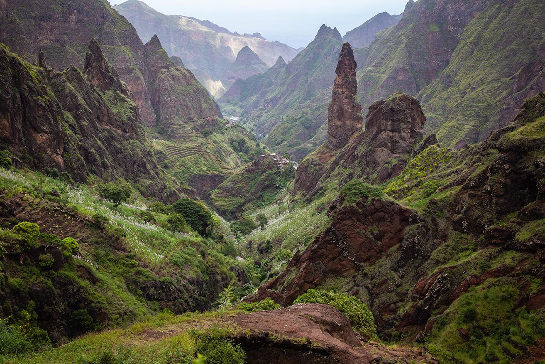 Un paysage escarpé, où l'érosion a encore bien du travail. Des vallées verdoyantes qui tranchent avec des versants arides. Santo Antao !