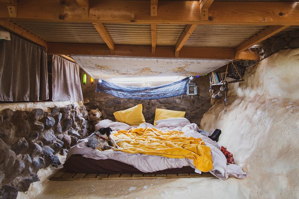 Chambre dans une maison réalisée en bioconstruction.